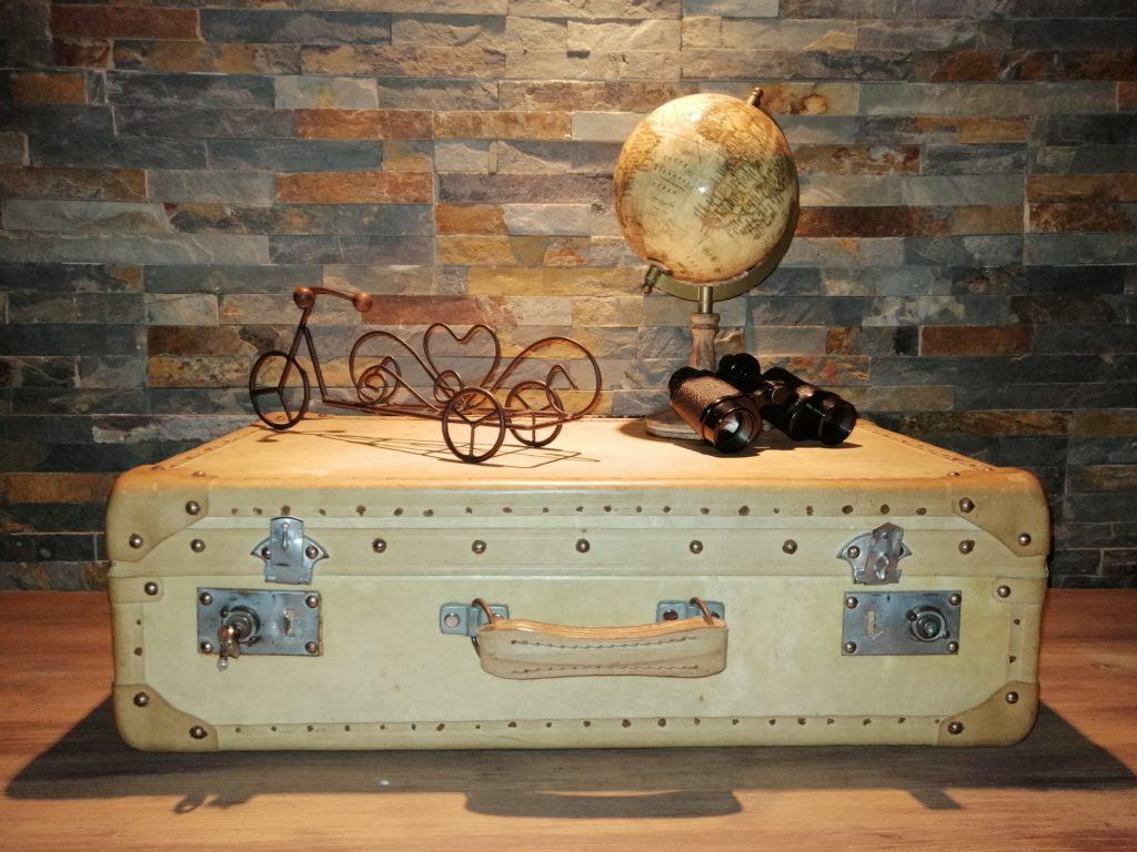Valise ivoire beige ancienne vintage location tours 37 indre et loire