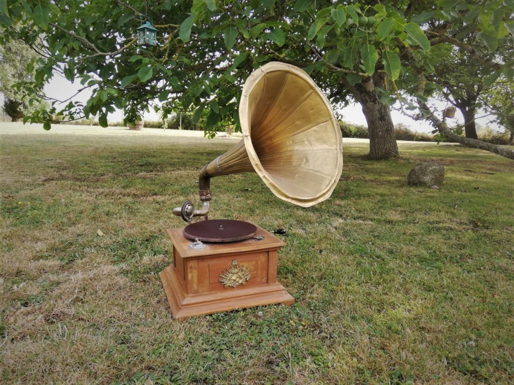 Gramophone à pavillon à cornet thème années folles location décoration vintage Tours 37 indre et loire